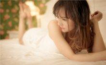 忧郁美女床上慵懒神情撩人诱惑