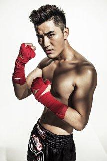 王鑫尧首次大秀肌肉《健仕》封面