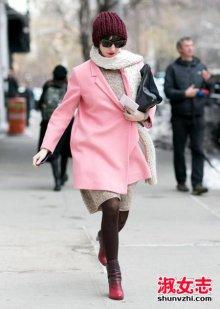 粉色大衣配什么颜色毛衣 围巾和包包