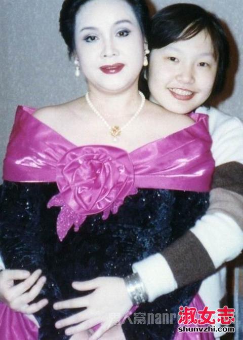 李谷一和女儿亲密