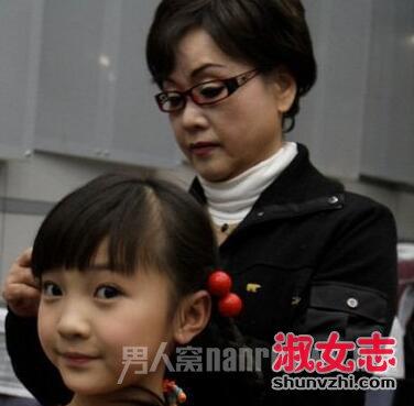 李谷一帮女儿扎头发