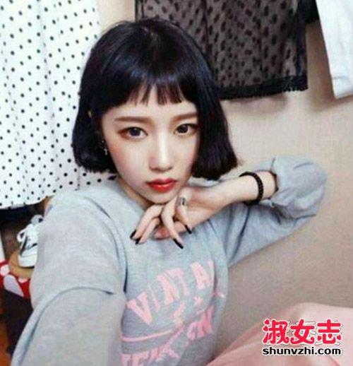 去年爆火二次元刘海生活中还是有不少人剪了呢,和短发搭配更可爱.