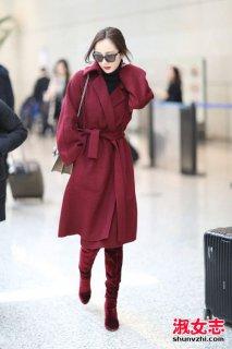 杨幂冬季最新街拍 酒红色大衣搭配抢镜-明星服装搭配 网络红人穿衣搭