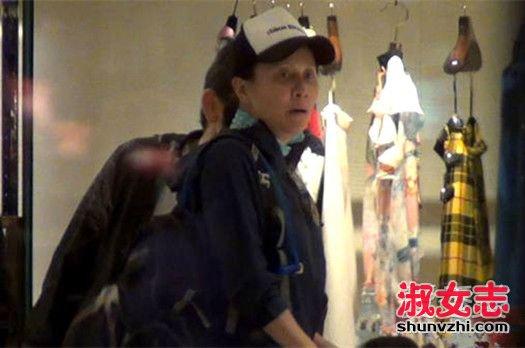 52岁刘嘉玲素颜购物被拍 黑眼圈憔悴不堪 刘嘉玲素颜照