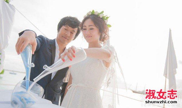 娱乐 娱乐问答 > 正文    蓝天碧海,轻纱幔帐,郑钧与刘芸的海岛婚礼以
