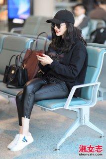 女明星穿的小白鞋盘点 机场街拍小白鞋搭配
