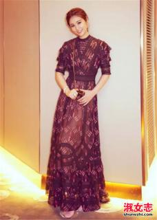 学明星透明蕾丝连衣长裙搭配方法