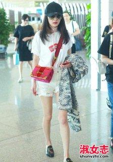 杨幂机场红色斜挎包 杨幂喜欢的包包
