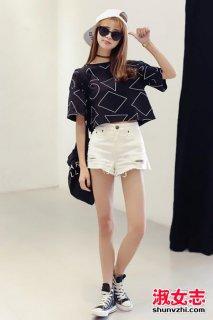 夏季女生黑色短袖怎么搭配