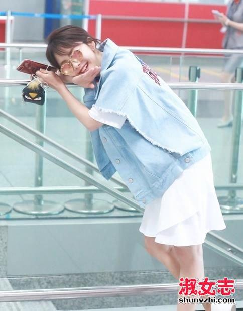 谭松韵最新机场街拍 手上拿的零钱包是什么牌子