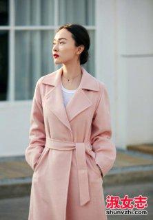 粉色大衣搭配什么围巾 粉色大衣里面穿什么