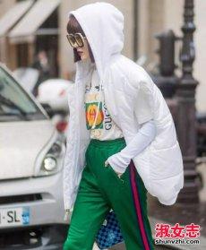 白色羽绒服怎么搭配裤子和鞋