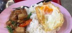 泰国女子夜市吃饭被宰 当成了中国人