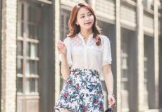 夏季女生碎花短裙怎么搭配上衣攻略