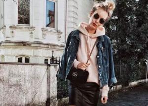 2018年看达人卫衣怎么搭配包包出街街拍