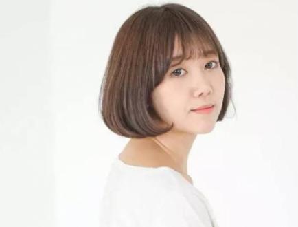青春少女最爱的发型,简单的短发在空气刘海的修饰下也可以变得美美哒图片
