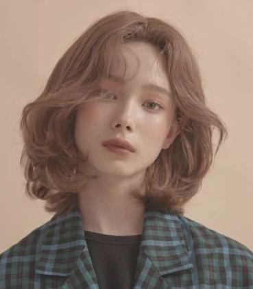无论你是 圆脸, 瓜子脸还是方形脸,齐肩的头发长度都能很好的修饰脸型图片