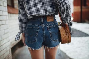 牛仔短裤搭配什么最合适 街头洒脱利落搭配街拍