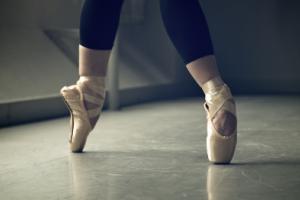 芭蕾舞平底鞋配什么衣服好