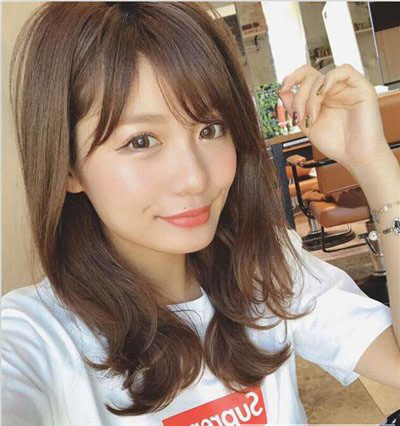 适合 圆脸女生的 中长发发型主要有日系卷发,微卷 中长发,丸子头,大卷