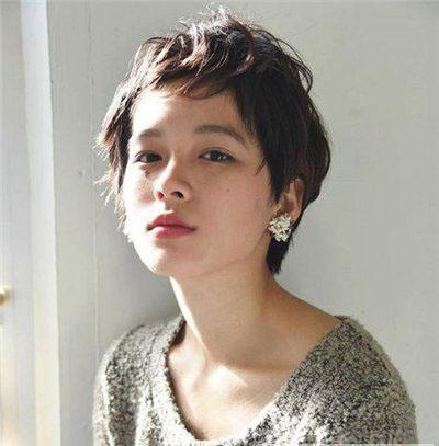 值得推荐的女生发型主要有眉上刘海短发,露耳短发,日系短发,齐肩卷发图片