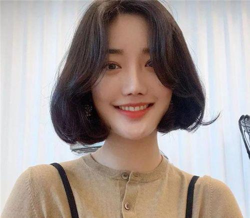 发型  2019最新流行短发型女 1,2019年流行的短发,发尾c字卷绝对是