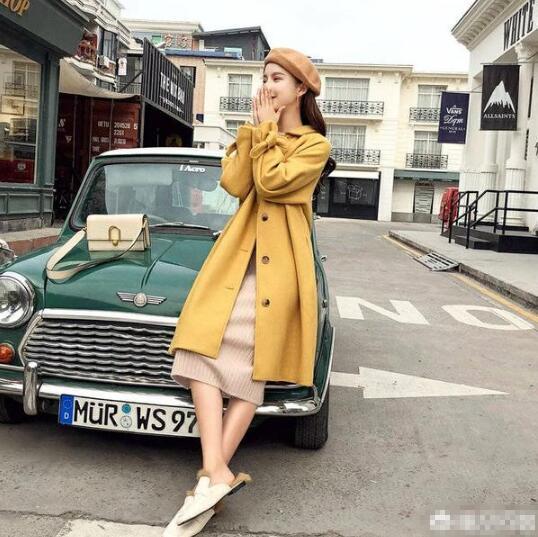 姜黄色大衣 米色打底连衣裙