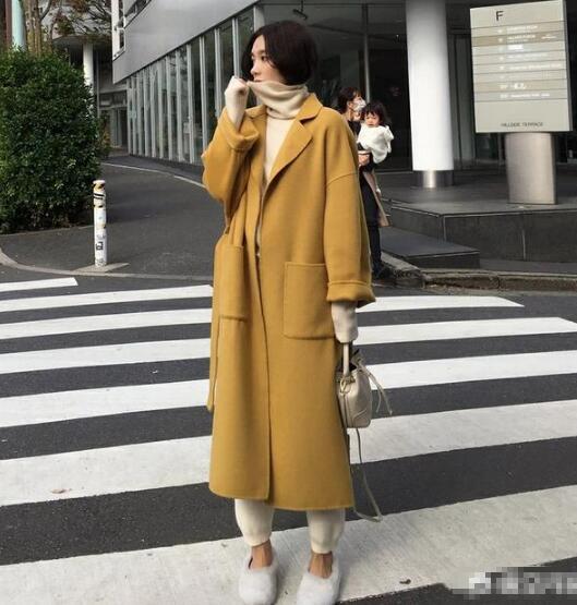姜黄色大衣 米色针织套装