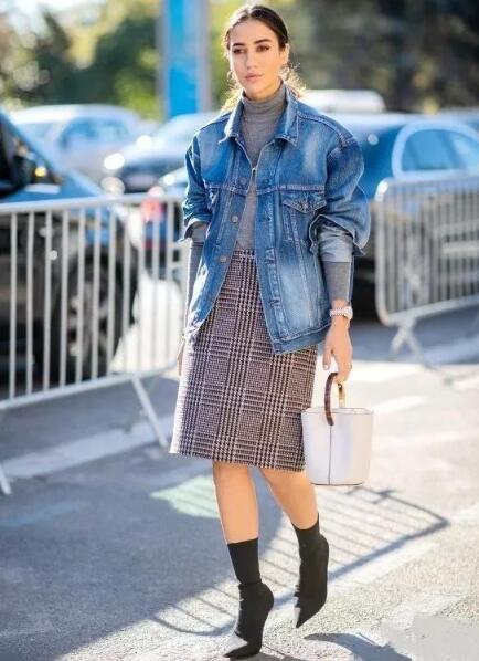 牛仔格外套搭起格纹毛呢裙