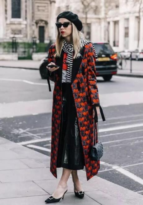 黑中带橘红色外套 黑色裙子