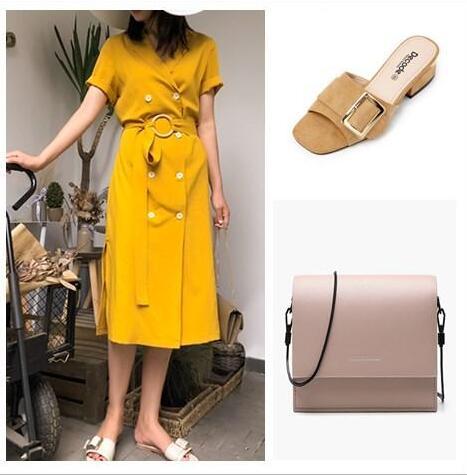 姜黄色双排扣连衣裙 宽面平头鞋