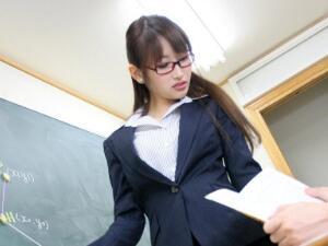 老师喂我乳我脱她胸罩 教室内我们激烈纠缠在一起好刺激