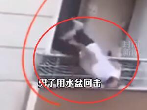 吵架把自己扔下阳台 男子狠起来连自己都摔